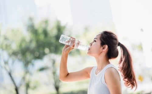 水をよく飲む人の特徴は?水をたくさん飲むことで得られるメリット ...