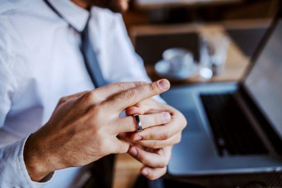 に 指輪 の 薬指 右手