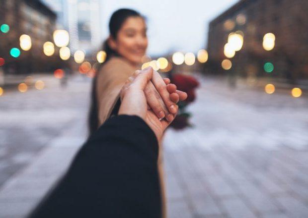 初デートで手を繋ぐと恋が加速する!女性からかわいく手を繋ぐ方法5つ